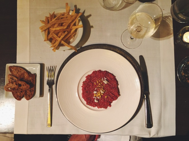 Steak tartar hecho en mesa del restaurante El Principal de l'Eixample