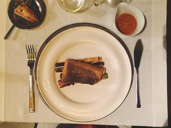 Bacalao, calçots y salsa romesco del restaurante El Principal de l'Eixample