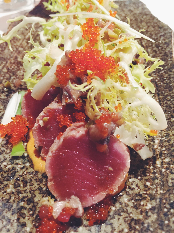 Tataki de atún con chatonada de anchoas y olivas, escarola y huevas de El Racó d'en Cesc