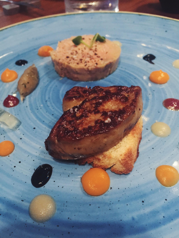 Duo de foie gras frío y caliente, manzana cítrica, brioche y moscatel del restaurante Informal