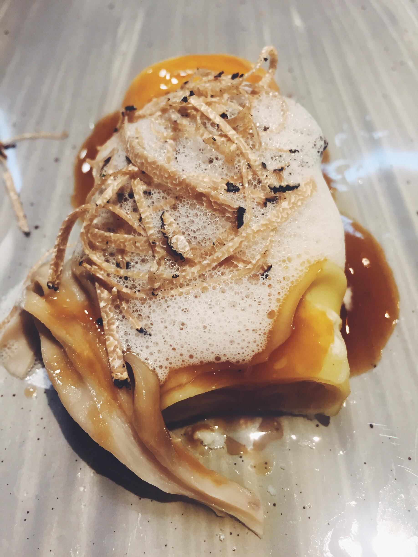 Canelón de mucha pasta con parmesano, setas de temporada y trufa del restaurante Informal