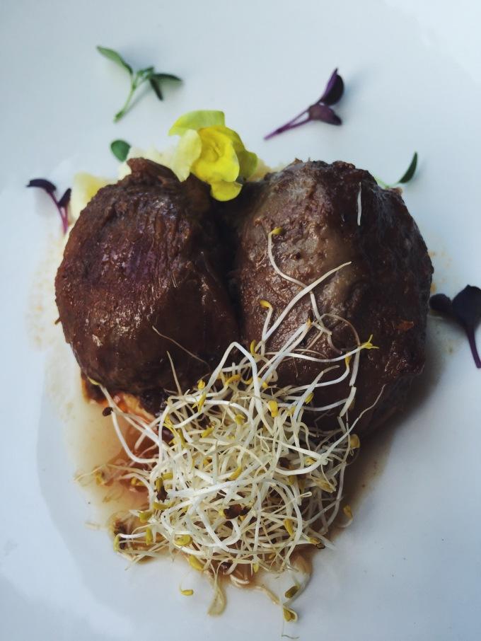 Meloso ibérico con puré de patata al tomillo de Merkado