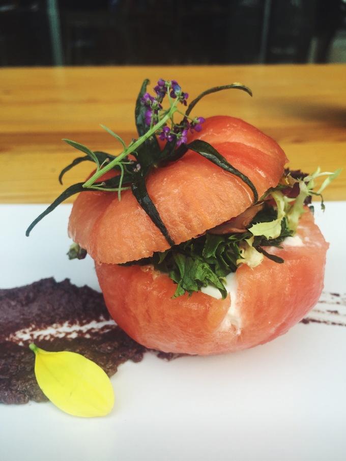 Tomate relleno de bacalao, frutos de la huerta y olivada de Merkado